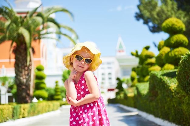 夏の日の屋外での幸せな女の子の肖像画。