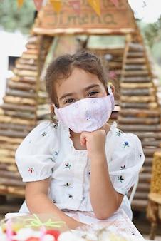 바이러스 성 보호 마스크를 가지고 노는 행복 한 여자의 초상화.
