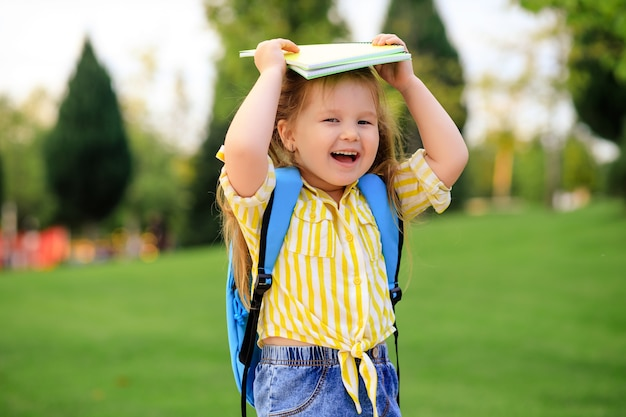 公園のバックパックと幸せな少女の肖像画