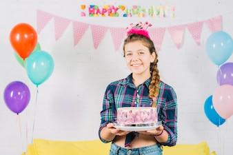 Портрет счастливой девушки с торт ко дню рождения