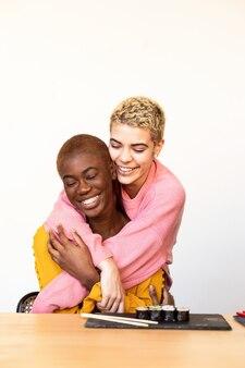 함께 포옹 하는 행복 한 인종 동성애 커플의 초상화