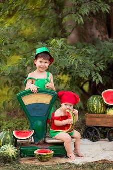 幸せな男の子と女の子の屋外の肖像画。