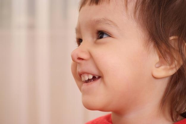 自宅で幸せな少女の肖像画