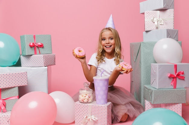 생일 모자에 행복 한 작은 소녀의 초상화