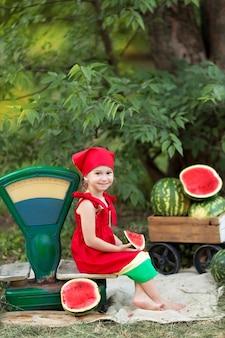 屋外の幸せな女の子の肖像画。