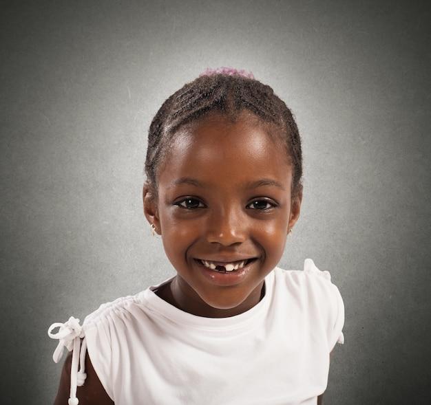 Портрет счастливой маленькой девочки улыбается