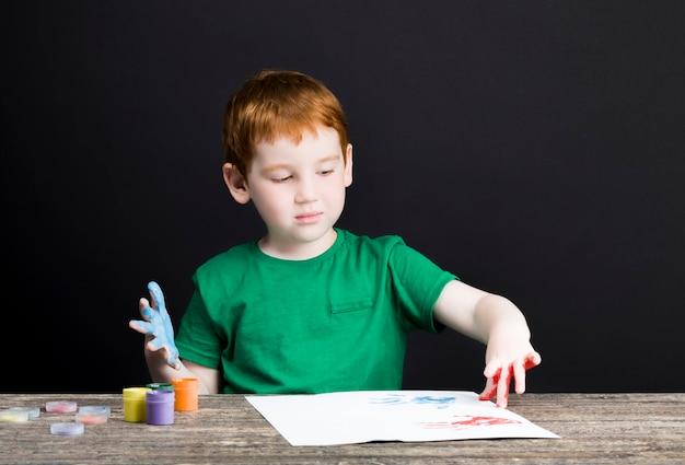 행복 한 작은 redhaired 소년의 초상화