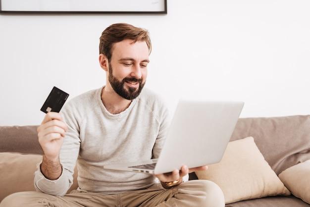 Портрет счастливого человека, покупки в интернете с помощью кредитной карты