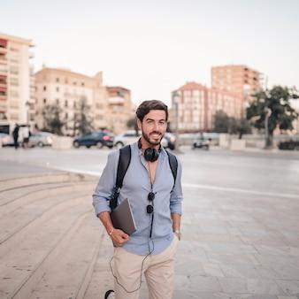 노트북으로 행복 한 남자의 초상