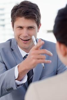 Портрет счастливого менеджера, беседующего с женщиной-заявителем
