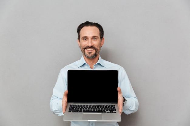 Портрет счастливого зрелого человека, одетого в рубашку