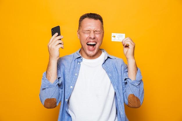 携帯電話を使用して幸せな中年男性の肖像画