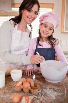 그녀의 딸과 함께 베이킹 행복 한 어머니의 초상화
