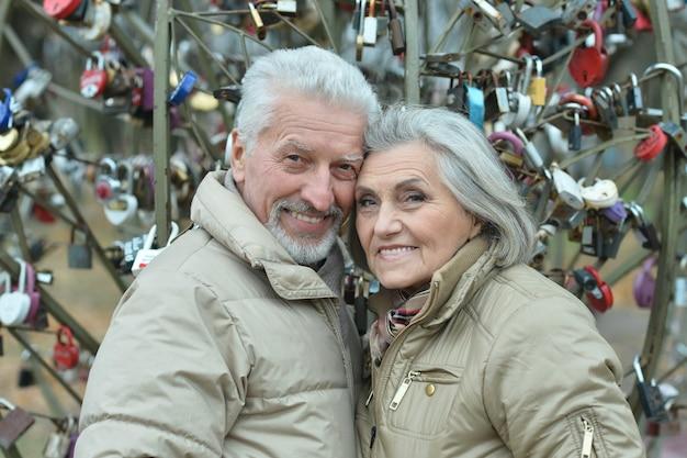 歩く幸せな素敵な成熟したカップルの肖像画