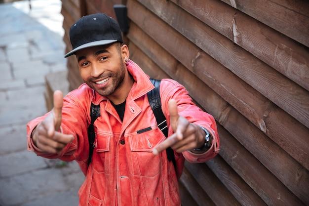 Портрет счастливого положительного африканского человека в кожаной куртке