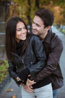 屋外でデートをしている幸せなロマンチックなカップルの肖像画