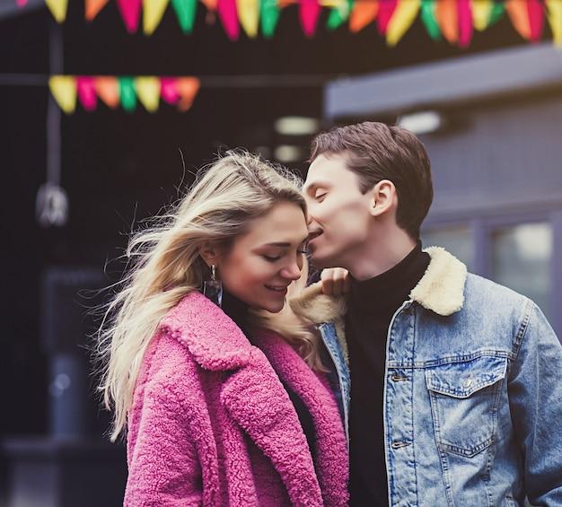 Портрет счастливой романтической пары на открытом воздухе в европейском городе
