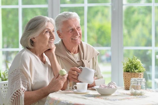 차를 마시는 행복한 노부부의 초상화