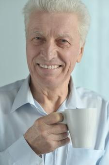 컵과 함께 행복 한 노인의 초상화