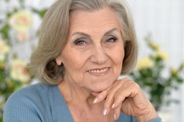 自宅で幸せな年配の女性の肖像画