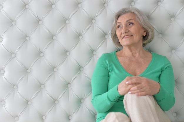 집에서 행복한 노인 여성의 초상화