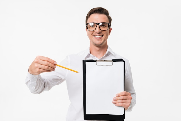 Портрет счастливого умного парня в белой рубашке
