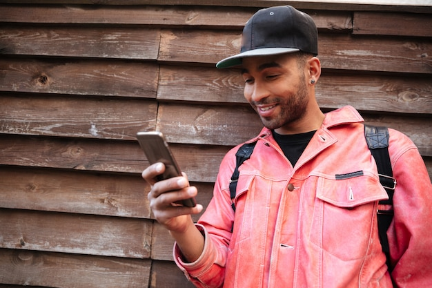 Портрет счастливый улыбающийся афро-американский мужчина в шляпе