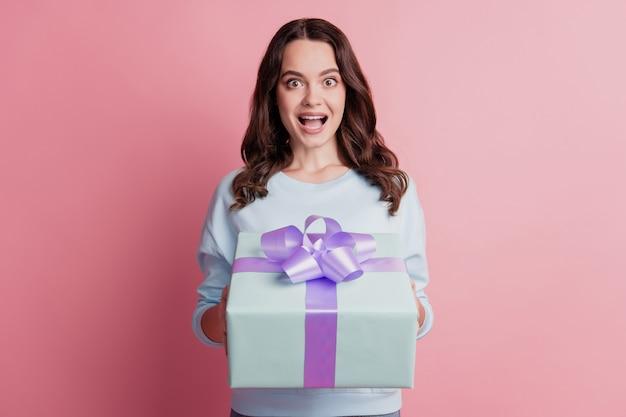 プレゼントボックスを保持している幸せな笑顔の女の子の肖像画