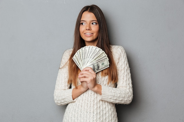 Портрет счастливой улыбающейся девушки в свитере