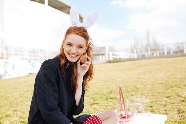 Портрет счастливой улыбающейся женщины с длинными рыжими волосами