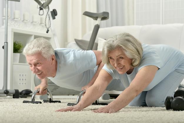 Портрет счастливой спортивной старшей пары, тренирующейся
