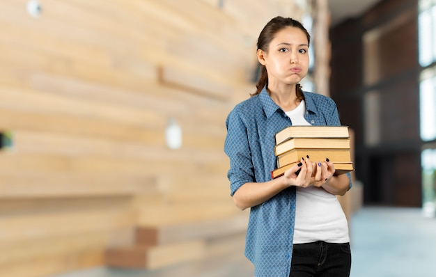 도서관에서 책을 함께 행복 학생 소녀 또는 여자의 초상화