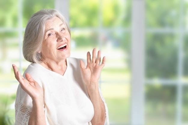 집에서 행복한 놀란 노인 여성의 초상화
