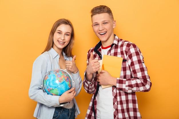 Портрет счастливой школьной пары подростков