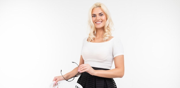 Портрет счастливой женщины в белой футболке избавляется от очков, бросая их в урну на белом с копией пространства
