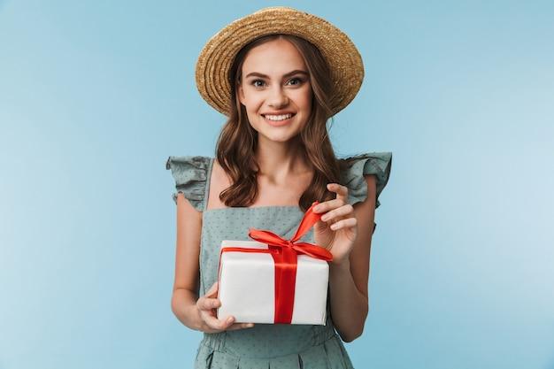 ドレスを着た幸せな女性の肖像画