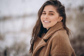 Портрет счастливой женщины зимой снаружи