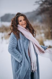 밖에 서 겨울에 행복 한 여자의 초상화
