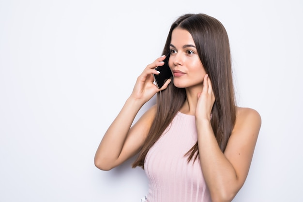 白い壁を越えて電話で話している幸せな女性の肖像画。