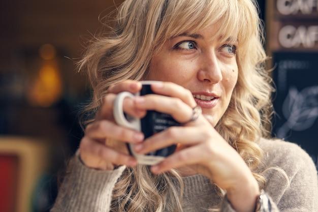 休暇中に朝食を考えて目をそらして幸せな女性の肖像画