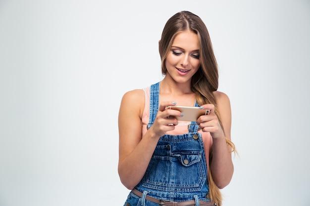 スマートフォンを使用して幸せな女性の肖像画