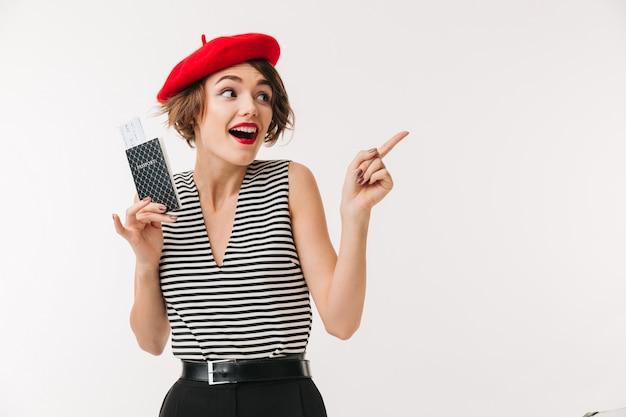 Портрет счастливой женщины в красном берете