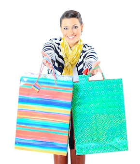 색으로 구분 된 가방과 함께 행복 한 젊은 성인 여자의 초상화.