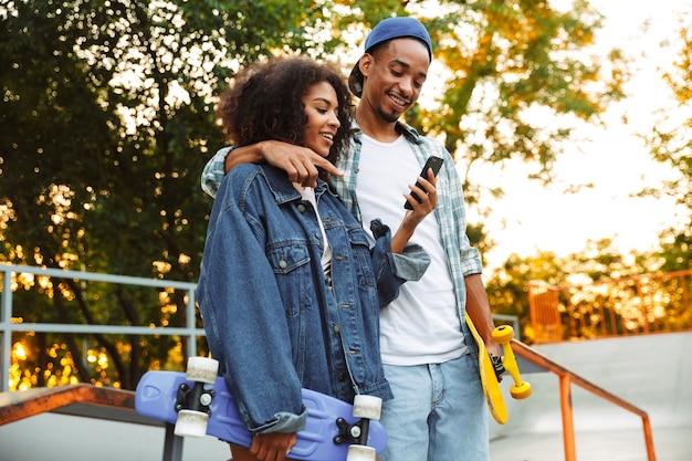 幸せな若いアフリカのカップルの肖像画