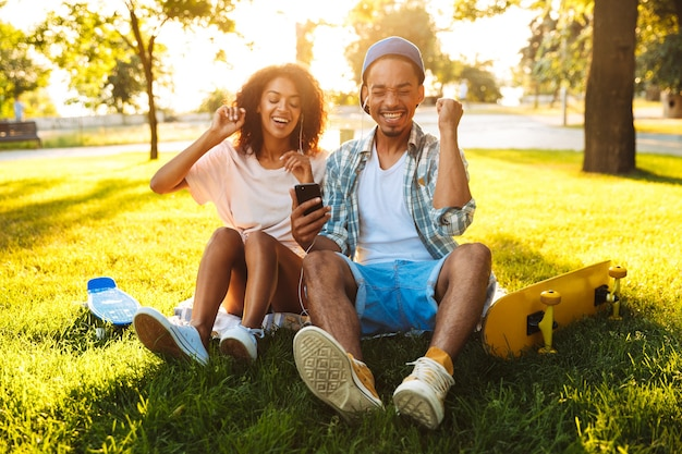 행복 한 젊은 아프리카 커플의 초상화