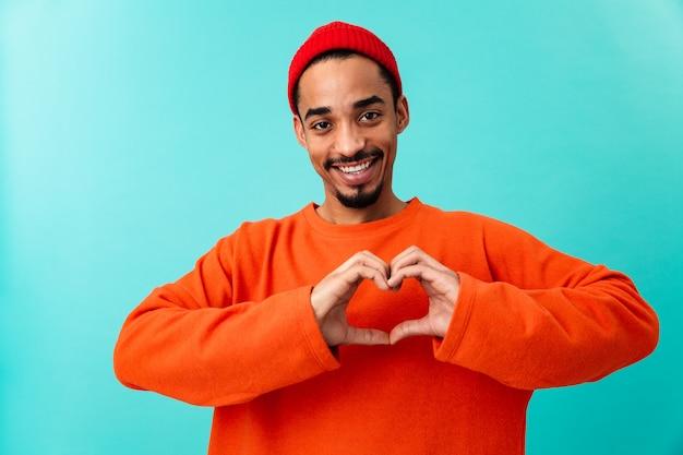 帽子の幸せな若いアフロアメリカンの男の肖像
