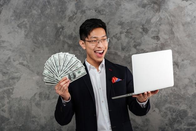 スーツに身を包んだ幸せな若いアジア男の肖像