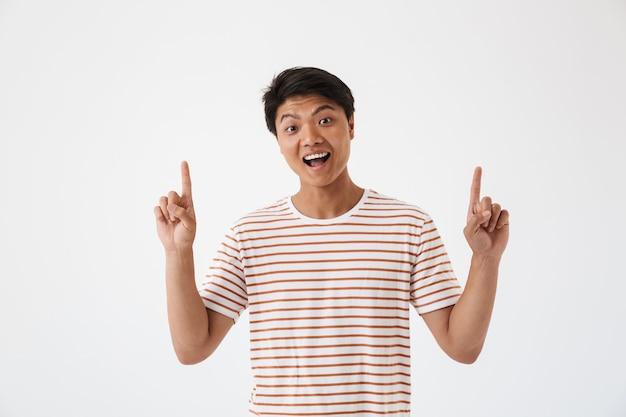 Портрет счастливого молодого азиатского человека указывая