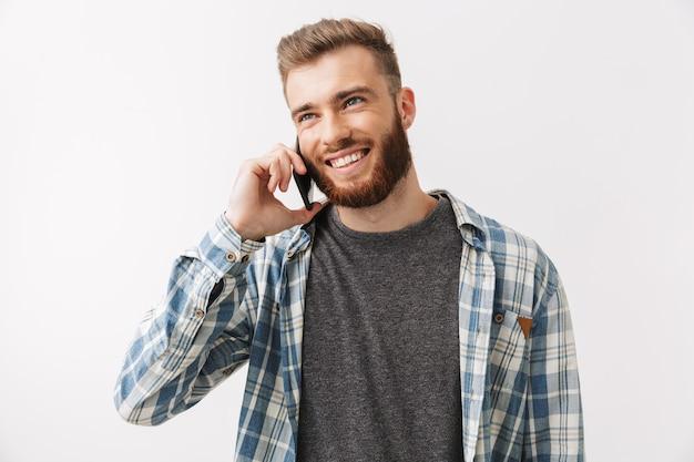 Портрет счастливого молодого бородатого мужчины стоя