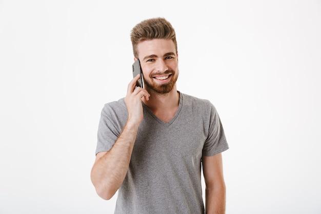 Портрет счастливого молодого бородатого мужчины